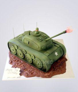 Торт в форме танка с залпом Фото