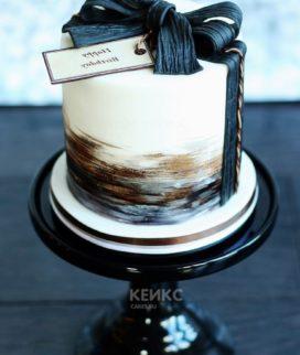 Белый торт с темно-синим бантом Фото