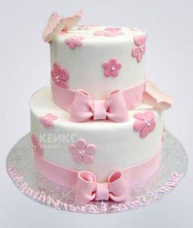 Двухъярусный белый торт с розовыми бантами и бабочками Фото