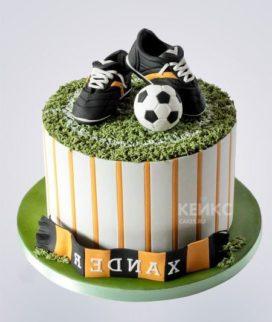 Торт с кроссовками и футбольным мячом Фото