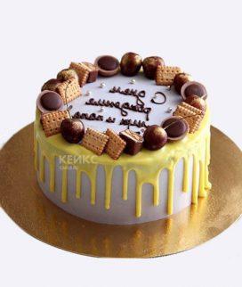 Торт с желтой глазурью и сладостями Фото