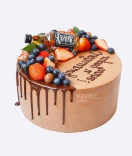 Интересный торт с ягодами и бутылкой виски Фото