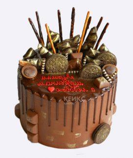 Шоколадный торт с красной надписью Фото