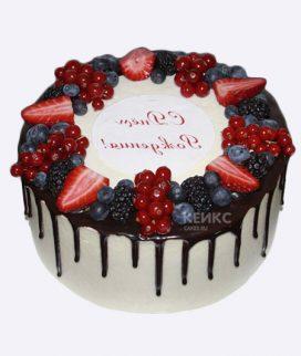 Красивый белый торт с ягодами Фото