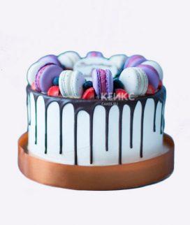 Стильный торт с шоколадной глазурью и макарунс Фото