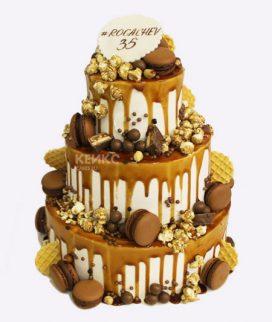 Трехэтажный торт с золотыми сладостями Фото