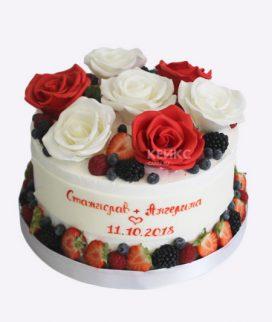 Красивый торт с красными и белыми розами Фото