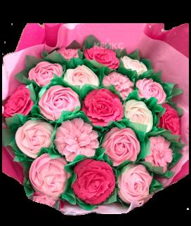 Букет из капкейков в розовой упаковочной бумаге Фото
