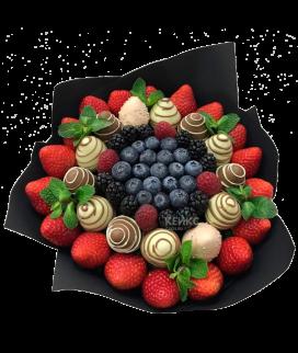 Недорогой букет с ягодами 2 Фото