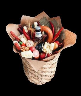Корзина с различными видами колбас и сыра Фото